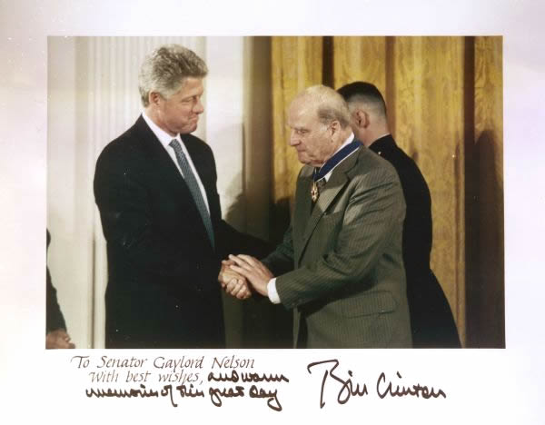 Gaylord Nelson receives the Presidential Medal of Honor for his lifelong work on the environment from President Bill Clinton